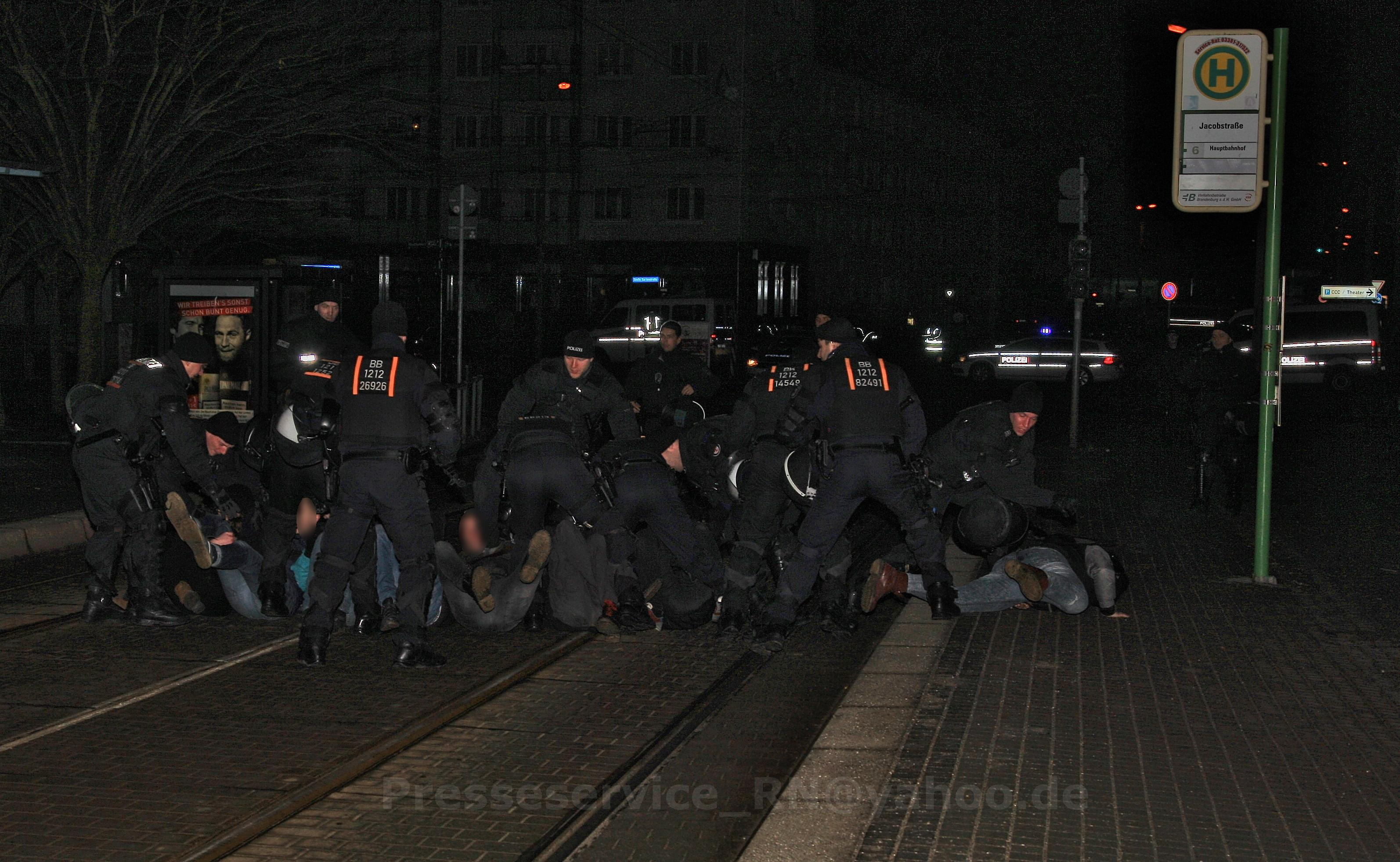 Brutale Räumung der Sitzblockade |Quelle: Presseservice Rathenow